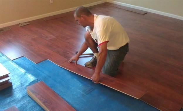 Укладка ламината на линолеум при ремонте дома или квартиры.